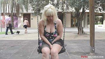 Susana se masturba a escondidas en un parque público sin ser pillada