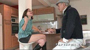 Papy baise une jeune et jolie brunette etudiante