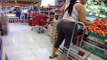 Booty voyeur. Madura culona comprando pepinos
