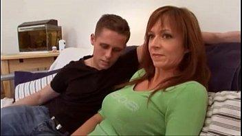 Mientras el hijo sale, el amigo se folla a la madre