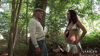 Jeune Jolie Candice deboitee dans 1 gangbang dans les bois