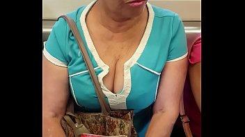 megas tetotas de abuela en el metro