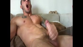 Muscle man on cam - more videos on HOTGUYCAMS.com