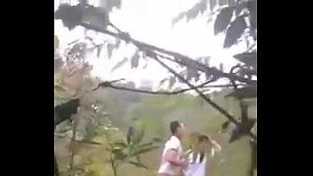 Thanh niên chịch nhau trong bụi rậm