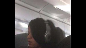 Dedando a esposa no avião