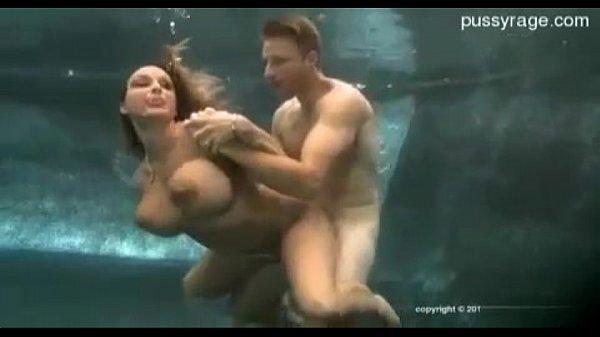 Tremenda culeada en la piscina