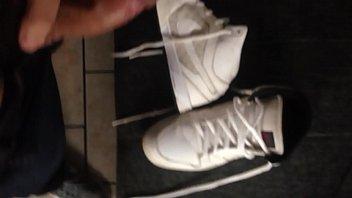 Cum on my Nike / Gozando no meu Nike branco