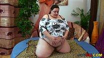 Die fette Frau reitet den Jungen