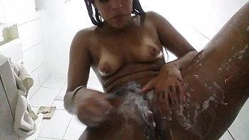 Gostosa da lolah toda safada no chuveiro se depilando