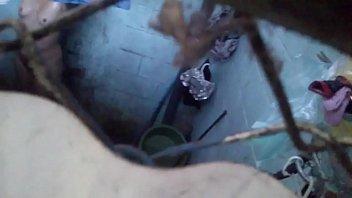 mi vecina bañandose