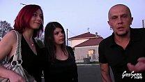 Vanessa et ses amis essaient des canapés pendant un gangbang