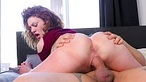 CASTING FRANCAIS – Foxy Canadian babe deepthroats and gets boned