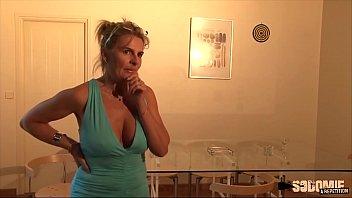 Jeanne bourgeoise blonde veut un chauffeur qui sache bien l'enculer