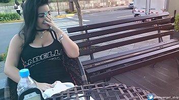 Safada Gozando em Publico com brinquedo interativo Public female orgasm interactive toy girl with remote vibe outside