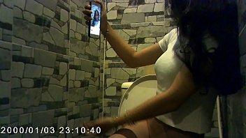Em gái đi vệ sinh còn tranh thủ selfie