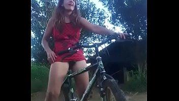 Se masturba con su bicicleta