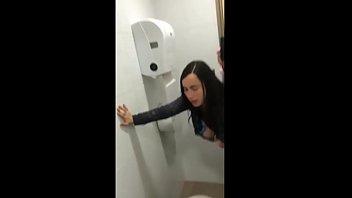 Professor comendo aluna no banheiro da faculdade