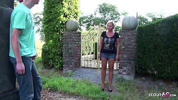 German m. - Stief Mutter erwischt Sohn beim wichsen im Garten und fickt