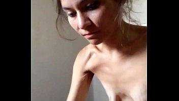 Anoréxica disfrutando el pene