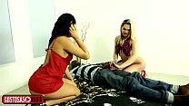Novinha chama a amiga travesti para conhecer a pica do negão!