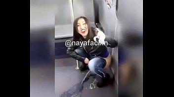 Nayafacil meando en el bus