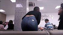 Menina da bunda apaixonante de calça jeans