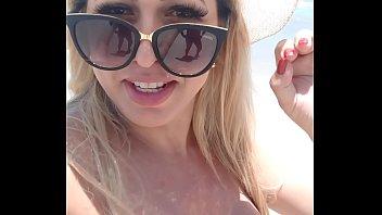 Mirella Mansur na praia de  nudismo Abricó no Rio de Janeiro