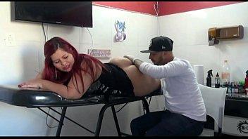 Tatuador Safado caindo de boca na minha Bunda enorme