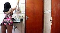 Novinha limpando o espelho