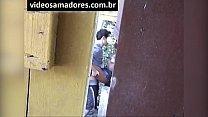 Voyeur filma casal jovem fodendo, até ser descoberto gravando vídeo