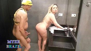 Tiozão Safado Invade o Banheiro Feminino  da Academia  Flagra Loirona Pelada e Acaba  Metendo A Rola Grande no Bucetão da Gata -Ines Ventura