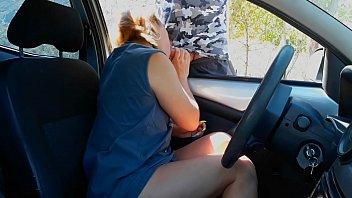 Rubia hace una mamada a un extraño en el estacionamiento del parque