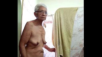 Grabo a la señora en el baño