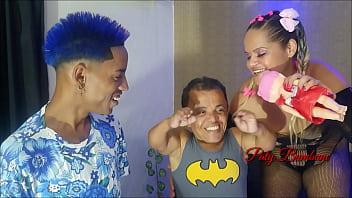 A nova rainha dos baixinhos !!! Gincana da Paty X com Anão Zezinho Teves e Ms Brinquedo azul . Parte 2 Satisfazendo o brinquedo com meu cuzinho. ( Wallif Santos - Paty Bumbum - El Toro De Oro ).