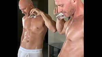 conocido actor porno se viene frente a espejo