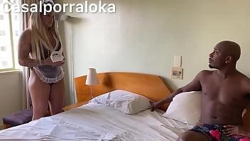 Esposa flagra empregada tarando seu marido e obriga ela a foder com ele
