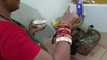 चिकन बना रही मैड को किचन स्टैंड पर चोदा  - साफ़ हिन्दी आवाज मे
