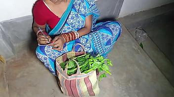 गाँव की लड़की ने सब्जी बेचते बेचते शहर वाले अंकल से चुदवाया