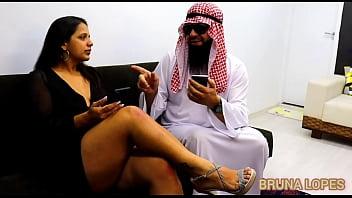 Bruna conhece Árabe de Dubai e fode com ele  Árabe do Instagram fode morena gostosa   Hot Pussy fucks Arabian from Dubai  Brazilian Big Butt Fucks Sheik 7 min
