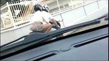 Esposa andando de sainha e sem calcinha na moto