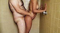 sobrina puta se mete a bañar con su tío en el hotel