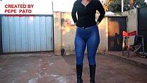 Chica con calza engomada azul y botas altas