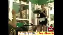 BROMA: La camarera se queda en bragas delante de los clientes