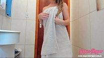 Saindo do banho só de toalha dançando e  passando creme no corpo