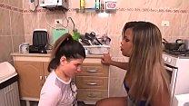Patroa peida na cozinha e escrava é punida por reclamar - Cum Tribute Brazil