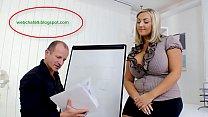 Грудастая жируха соблазняет мужика-чертежника на секс на рабочем месте сиськами и раком